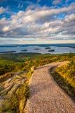 Gehweg und Ansicht von Caddilac-Berg im Acadia-Nationalpark, Lizenzfreies Stockbild