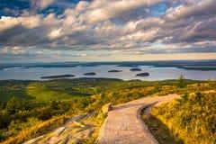 Gehweg und Ansicht von Caddilac-Berg im Acadia-Nationalpark, Lizenzfreie Stockbilder