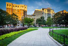 Gehweg und Gebäude an Farragut-Quadrat, in Washington, DC stockbilder