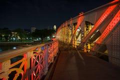 Gehweg von Anderson Bridge nachts Lizenzfreie Stockbilder