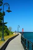 Gehweg zum Charlevoix-Leuchtturm Lizenzfreies Stockbild