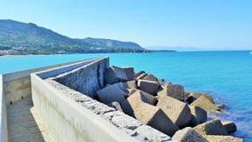 Gehweg zum Ozean Cefalu Sizilien Stockfotografie