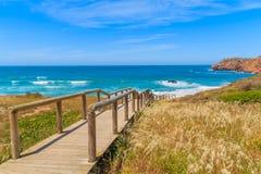 Gehweg zum Praia tun Amado-Strand Stockfotos