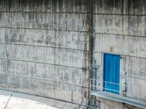 Gehweg zur blauen Tür in der Verdammung lizenzfreie stockbilder