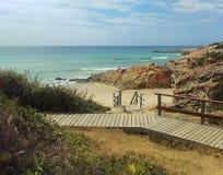 Gehweg zur Bucht und zum Meer Lizenzfreie Stockfotografie