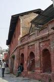 Gehwegweg zum acient hindischen Pashupatinath-Tempel, Kathmandu, Nepal Stockfoto