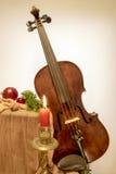 Geige zum Weihnachten mit Kerze lizenzfreie stockfotografie
