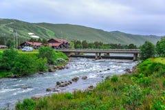 GEILO, NORWEGEN - JULI 2015: Kleiner Fluss, der die Stadt von Geilo, Norwegen durchfließt lizenzfreie stockfotos