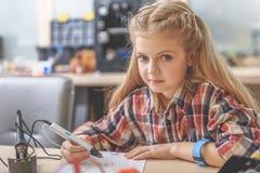 Geinteresseerd meisje in lichte workshop Stock Foto