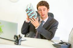 Geinteresseerde zakenman die huidige doos schudt Royalty-vrije Stock Foto's