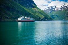 Geiranger海湾,挪威6月15,2012:巡航轮渡Hurtigruten沿盖朗厄尔峡湾航行 旅行被描述了作为 免版税库存图片
