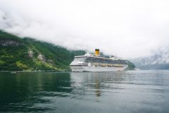 Geiranger,挪威- 2010年1月25日:游轮在挪威海湾 在口岸靠码头的客轮 旅行目的地,旅游业 免版税库存照片