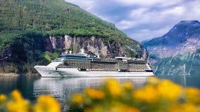 Geiranger fjord med kryssningtur i Norge Fotografering för Bildbyråer