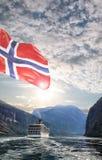 Geiranger fjord med kryssningtur i Norge Arkivfoto
