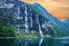 Geiranger fjord, Norge: landskap med berg och vattenfall arkivfoton