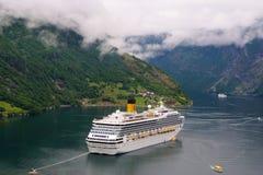 Geiranger, Noorwegen - Januari 25, 2010: avontuur, ontdekking, reis Cruiseschip in Noorse Fjord Passagiersvoering in por wordt ge stock foto
