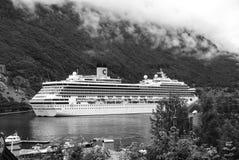 Geiranger Norge - Januari 25, 2010: kryssningskepp i den norska fjorden Loppdestination, turism Affärsföretag upptäckt arkivbild