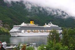 Geiranger Norge - Januari 25, 2010: kryssningskepp i den norska fjorden Loppdestination, turism Affärsföretag upptäckt, resa Arkivfoto