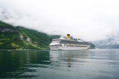 Geiranger, Noruega - 25 de enero de 2010: barco de cruceros en el fiordo noruego Trazador de líneas de pasajero atracado en puert fotos de archivo libres de regalías