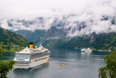 Geiranger, Noruega - 25 de enero de 2010: trazador de líneas de pasajero atracado en puerto Barco de cruceros en el fiordo norueg imagenes de archivo
