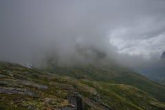 Geiranger unter Wolken lizenzfreies stockbild