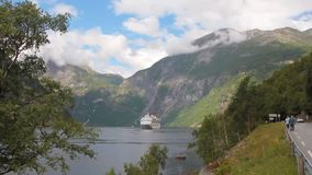 Geirangerfjord en cruisevoering Stranda, Noorwegen stock video
