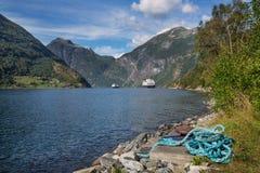 Geirangerfjord met cruises en kabel stock foto