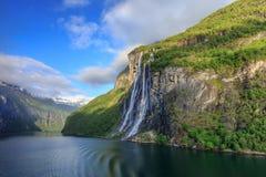 Geirangerfjord mit dem Wasserfall mit sieben Schwestern Lizenzfreies Stockfoto