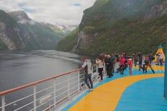 Geirangerfjord, Stranda, Noruega - 9 de julio de 2018: Los turistas admiran el fiordo de la cubierta del trazador de líneas de la imagen de archivo libre de regalías