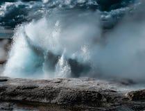 Geiser die - het Nationale Park van Yellowstone losbarsten royalty-vrije stock afbeelding