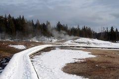 Geiserstoom die van houten promenade in de winter bij Oud Gelovig gebied in het Nationale Park van Yellowstone in de V.S. toeneme Stock Afbeeldingen