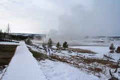 Geiserstoom die van houten promenade in de winter bij Oud Gelovig gebied in het Nationale Park van Yellowstone in de V.S. toeneme Royalty-vrije Stock Foto