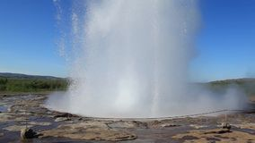Geiseruitbarsting in een zonnige dag, IJsland stock footage