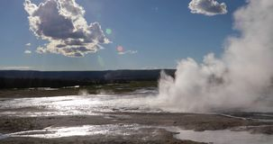Geiseruitbarsting in yellowstone nationaal park 4k 24fps stock video