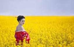 Geisha dans le domaine jaune Photographie stock