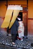 Geisha, die in einem Teehaus hereinkommt Stockfotos