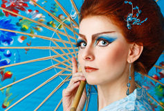 Geisha in een slimme kleding met paraplu Royalty-vrije Stock Foto