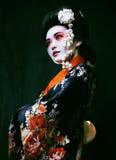 Geisha en kimono en negro Imagenes de archivo