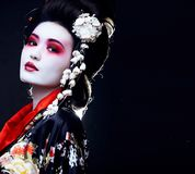 Geisha en kimono en negro Foto de archivo
