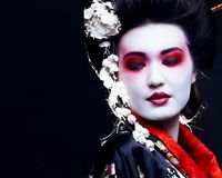 Geisha en kimono en negro Fotos de archivo