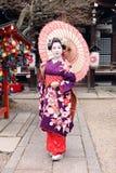 Geisha en kimono y paraguas Imágenes de archivo libres de regalías