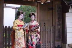 Geisha Girls che fa un pellegrinaggio Fotografie Stock Libere da Diritti