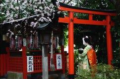 Geisha in Heiligdom. Stock Foto's