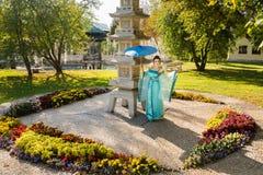 Geisha hermoso con un paraguas azul Fotografía de archivo