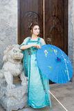 Geisha hermoso con un paraguas azul Fotos de archivo libres de regalías