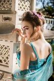 Geisha hermoso en vestido azul Fotos de archivo libres de regalías
