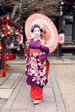 Geisha i kimono och paraply Royaltyfria Bilder