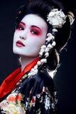 Geisha i kimono på svart Arkivbild