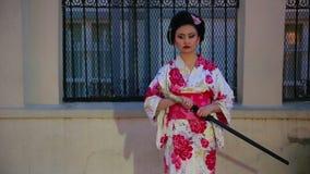 Geisha japonés con la espada almacen de metraje de vídeo