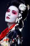 Geisha in kimono op zwarte Stock Fotografie